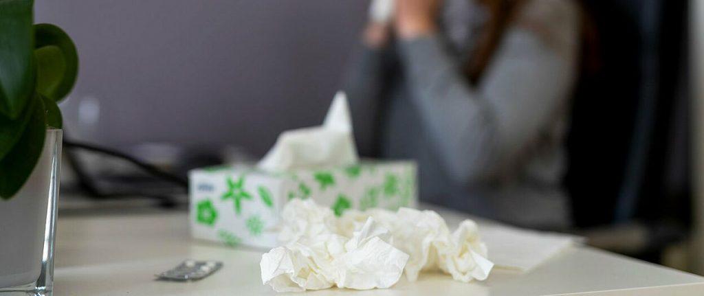 Erkältung und Taschentücher im Büro