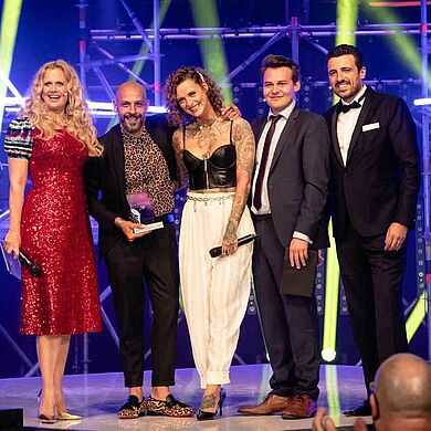Barbara Schöneberger, Gewinner Andrea Messina und Model, Tobias Hinteregger und Stuart Hamid (v. l. n. r.) bei den Cutting Edge Awards 2019