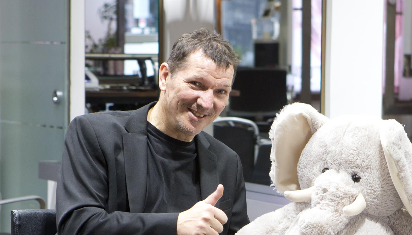 Friseursalonbesitzer Werner Rothen mit Babyelefant